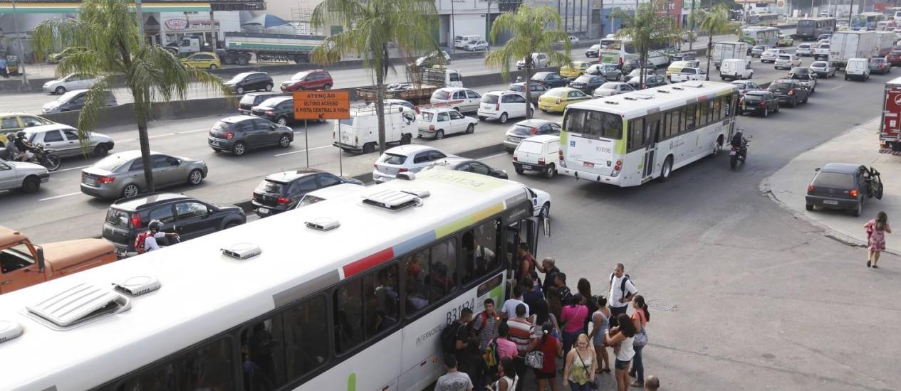 Passageiros enfrentam filas para entrar nos ônibus na Avenida Brasil Foto: Pablo Jacob - 14/05/2014 / Agência O Globo