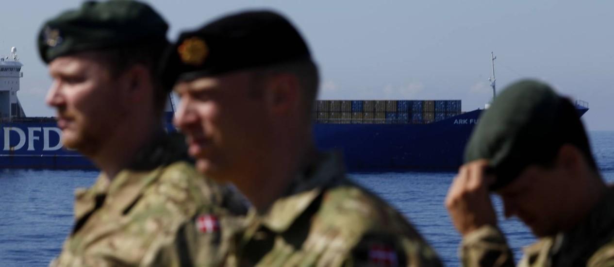 """Soldados dinamarqueses são vistos a bordo do navio de guerra """"Esbern Snare"""", um dos cargueiros que transporta armas químicas da Síria para sua destruição fora do país Foto: Petros Karadjias / AP"""