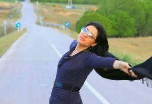 Internauta celebra a 'liberdade disfarçada' na estrada entre as aldeias de Hamadan Shahrestane, no Irã. Criada há uma semana, página no Facebook reune fotos de mulheres sem o véu islâmico Foto: Reprodução/Facebook