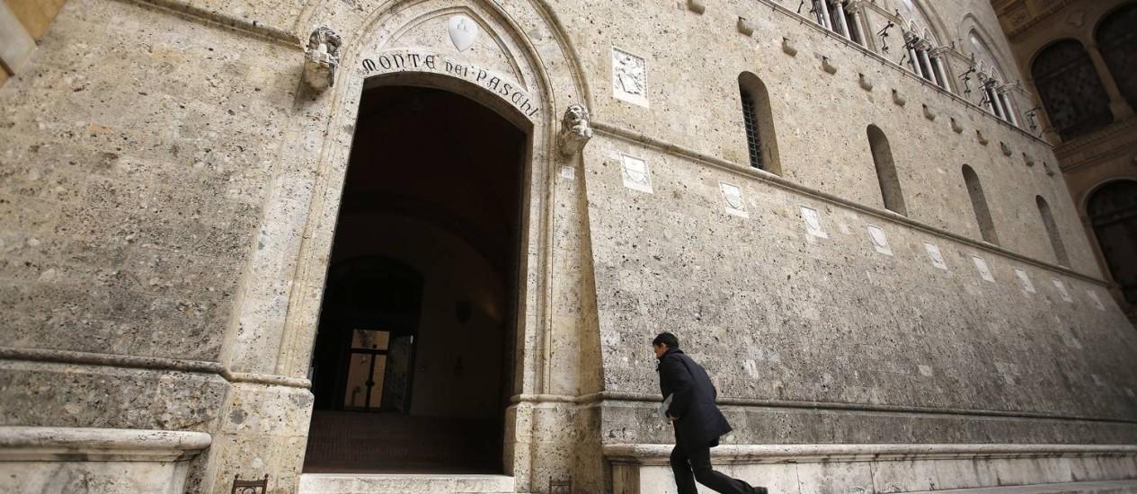 Sede do Monte dei Paschi di Siena, em Siena, na Itália: banco agora está à espera de um sinal verde do Tesouro para investir na emissão de € 5 bilhões em ações Foto: Alessia Pierdomenico/Bloomberg News