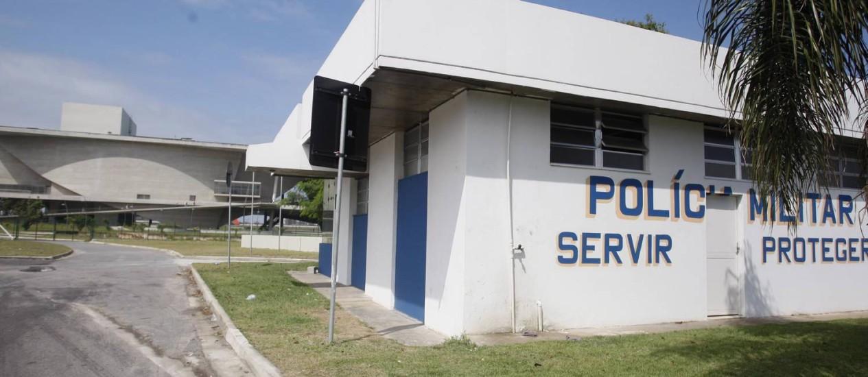 Cabine de polícia próxima a Cidade das Artes. Policiamento na Barra e no Recreio será reforçado com 130 homens Foto: Márcio Alves / Agência O Globo