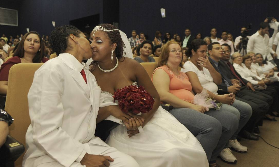 Casal se beija durante a cerimônia do Tribunal de Justiça do Rio, em dezembro passado Foto: Fábio Teixeira /