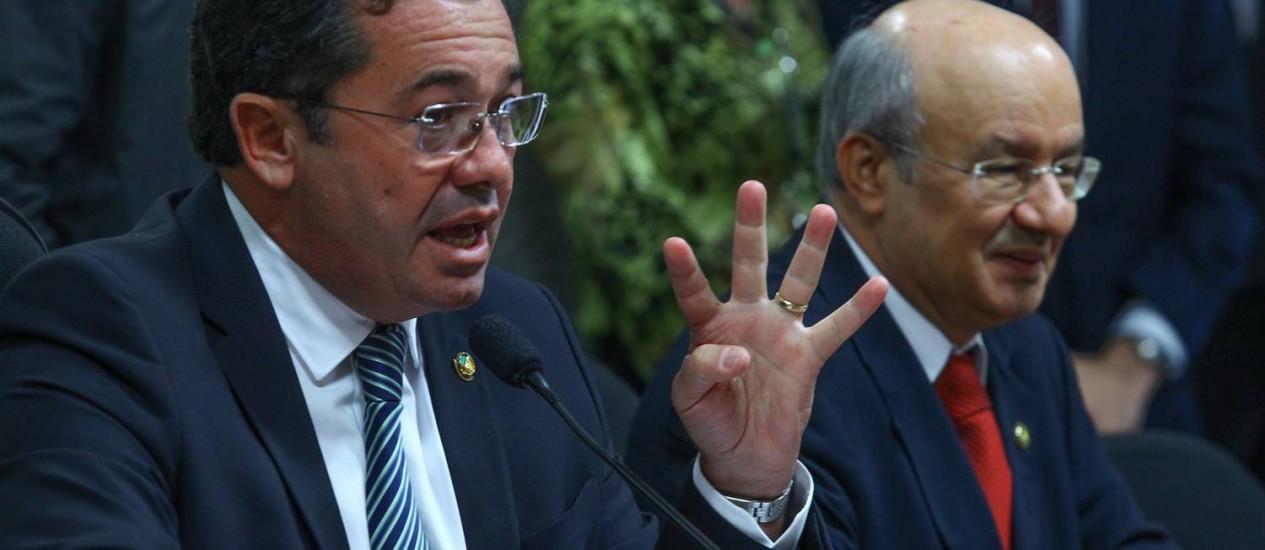 Os senadores Vital do Rêgo (à esquerda) e José Pimentel, eleitos presidente e relator, respectivamente, da CPI Foto: ANDRE COELHO / Agência O Globo