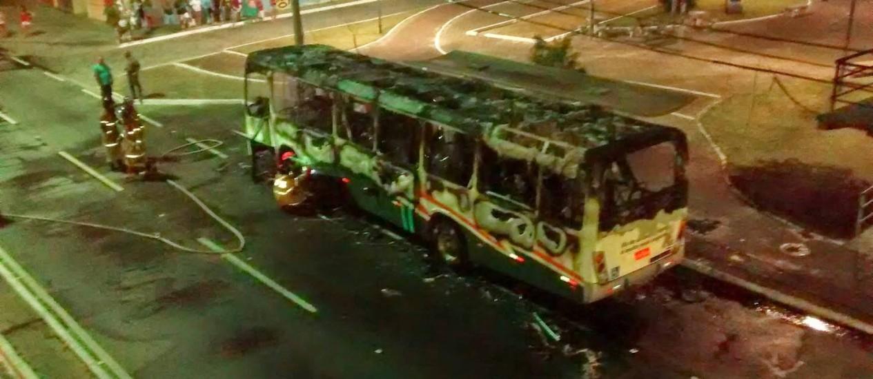 Ônibus da Viação Salineira (Araruama-Cabo Frio) foi incendiado na Praia do Siqueira, em Cabo Frio na noite de terça Foto: Foto de divulgação/Viação Salineira