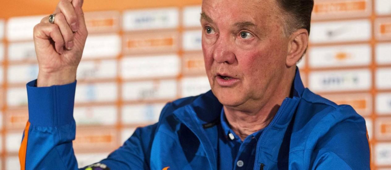 Ausência do meia Kevin Strootman pode fazer o técnico Louis Van Gaal mudar o esquema tático da Holanda Foto: Michael Kooren / REUTERS