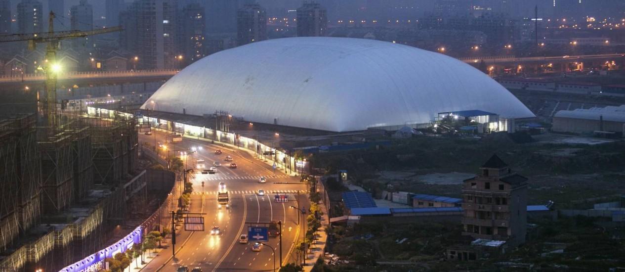 A cúpula de poliéster instalada em cima do local que teve o solo contaminado por pesticidas Foto: Reuters