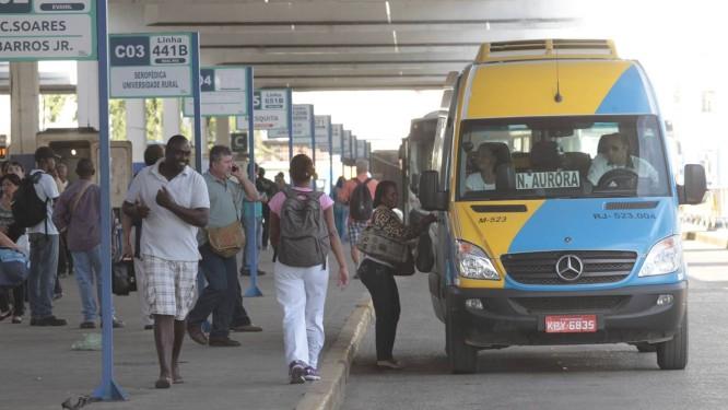 Van que circula pela Baixada pega passageiros em ponto de ônibus no Centro do Rio - Foto: Fábio Guimarães / Agência O Globo