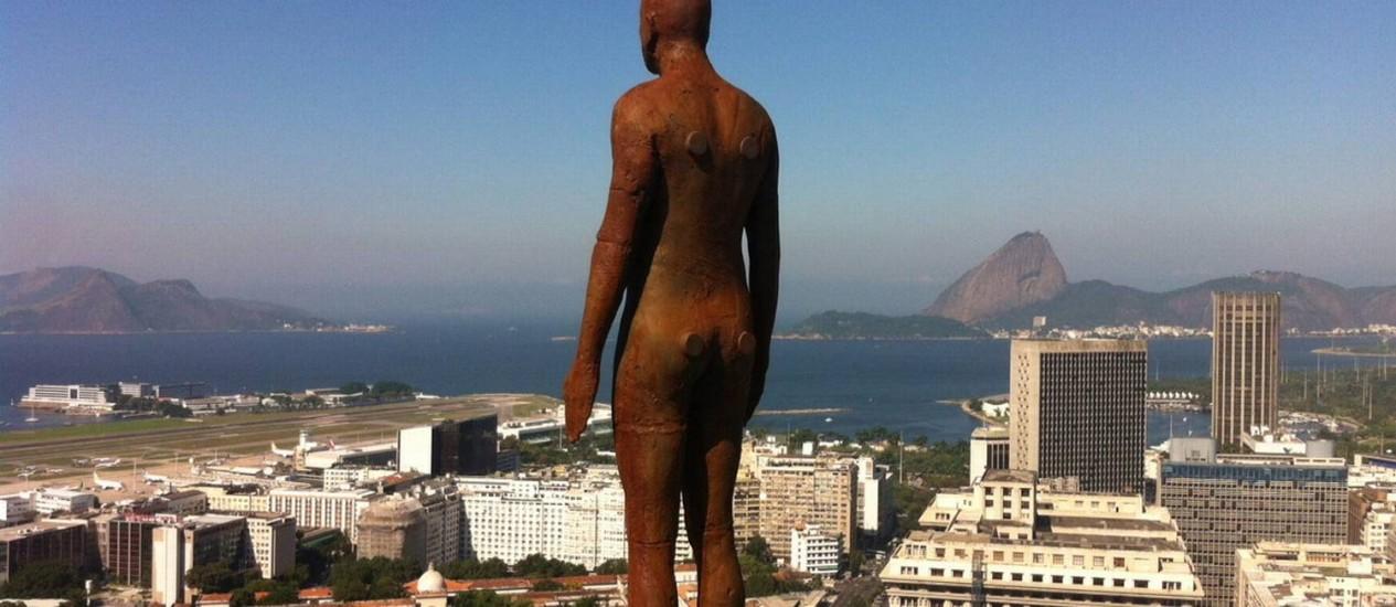 Escultura de Antony Gormley colocada no alto de um prédio no Centro do Rio Foto: Divulgação
