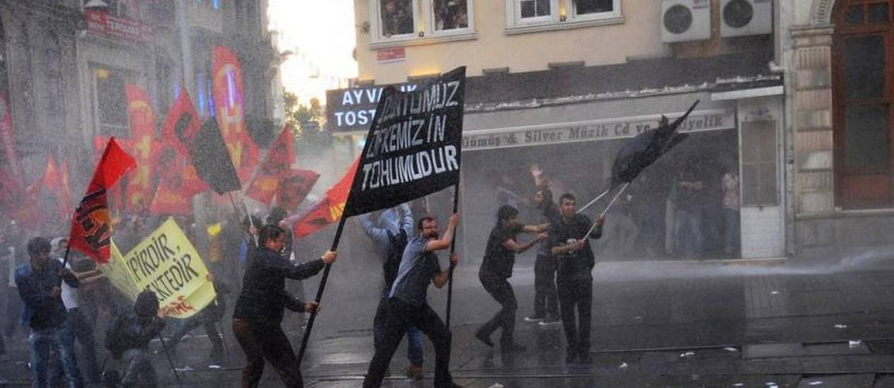 Manifestantes enfrentam polícia após protesto em homenagem às vítimas de desastre de mina na Turquia Foto: AFP