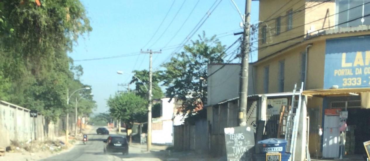 Rua da Usina, em Bangu, tem asfalto apenas de um lado. No outro, via ficou esburacada após obra da Cedae Foto: Foto do leitor William Lessa / Eu-Repórter