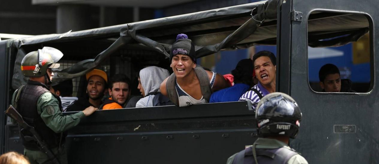 Opositores detidos são levados em veículo da Guarda Nacional em Caracas Foto: Carlos Garcia Rawlins/REUTERS