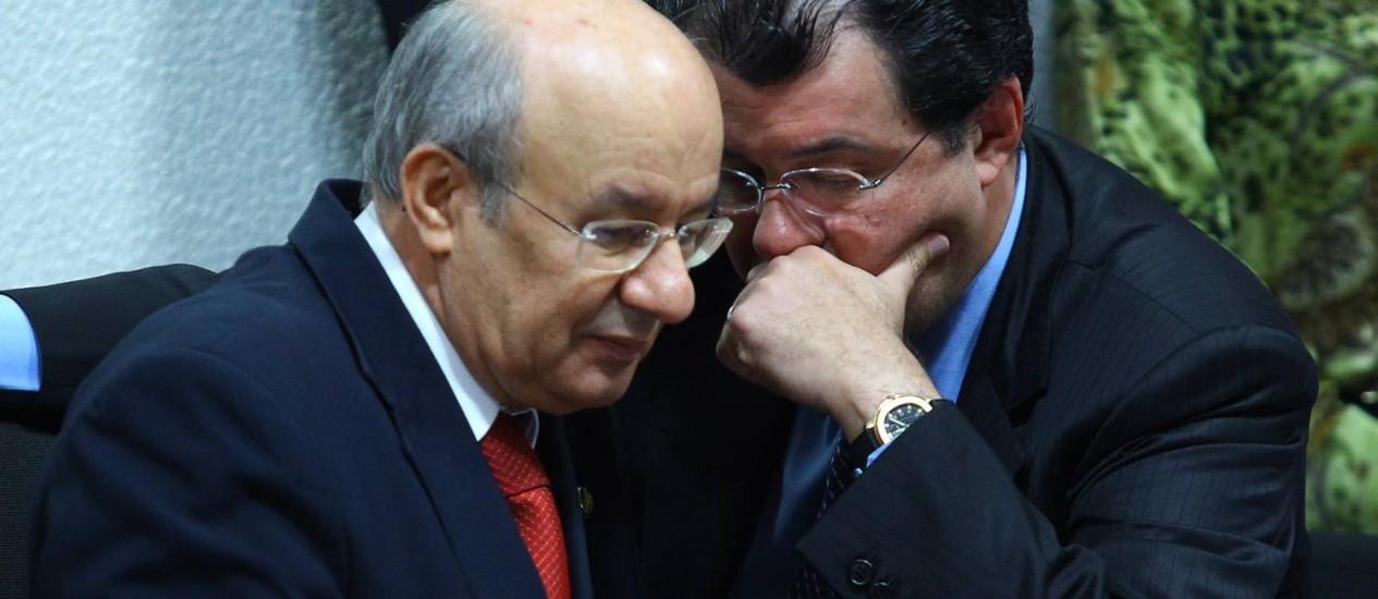 Os senadores Jose Pimentel e Eduardo Braga na CPI da Petrobras Foto: André Coelho/ O Globo