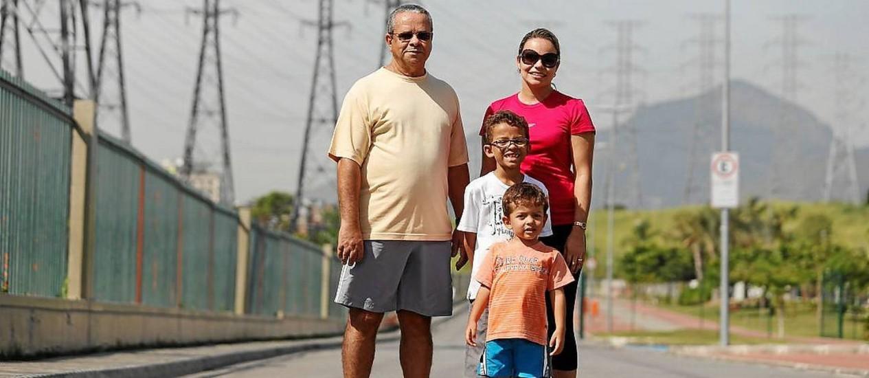 Família. O aposentado Elmo Martins adora passear com a filha e os netos no Parcão Foto: Felipe Hanower