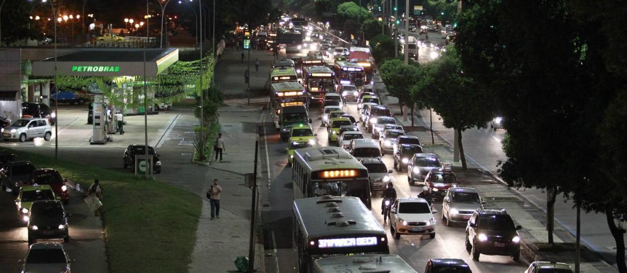 Ônibus voltam a circular na pista lateral da Avenida Presidente Vargas, sentido Praça da Bandeira Foto: Domingos Peixoto / Agência O Globo