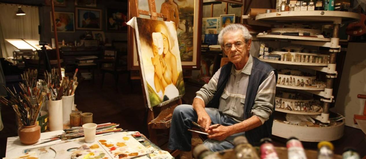 Entre tintas. Sami Mattar no ateliê, em sua casa em Jardim Meu Dom, Teresópolis Foto: Eduardo Naddar / Agência O Globo