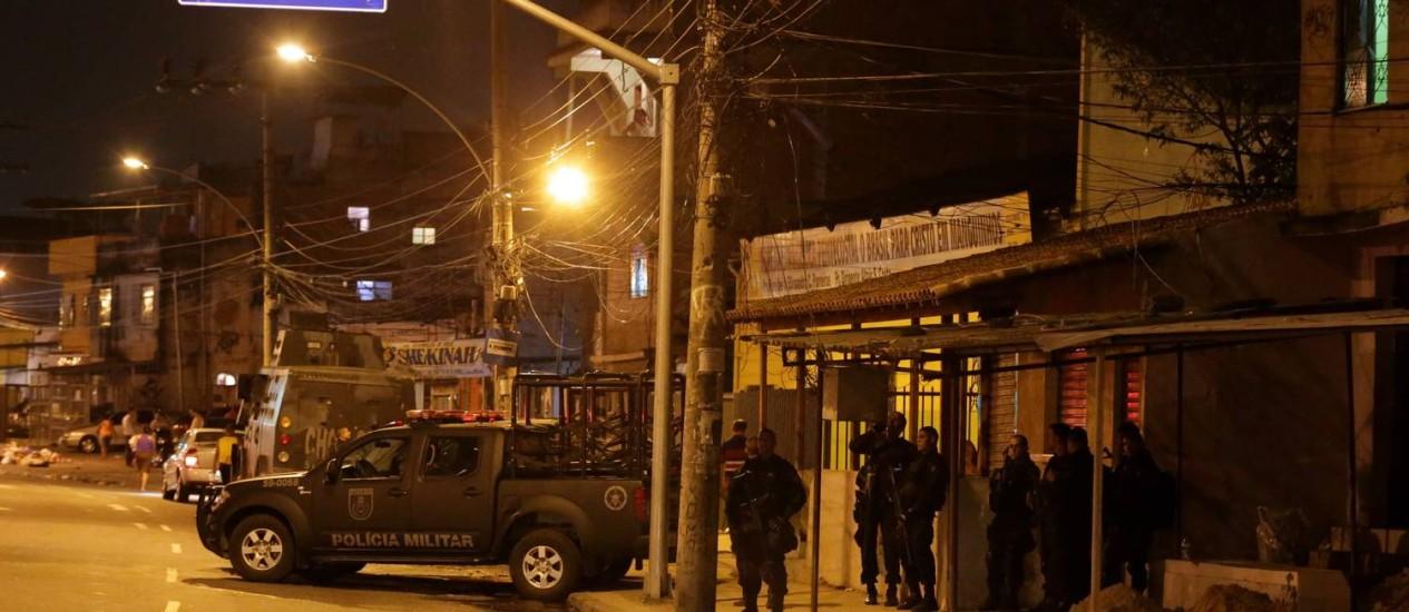 Policiamento reforçado nos acessos ao Complexo de Manguinhos Foto: Marcelo Theobald / Agência O Globo