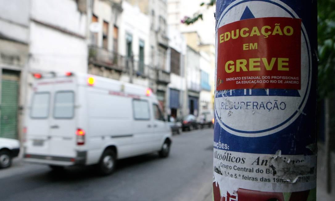 Adesivo colado por professores grevistas em poste na Rua General Caldwell, no Centro Foto: Luiz Ackermann / Agência O Globo