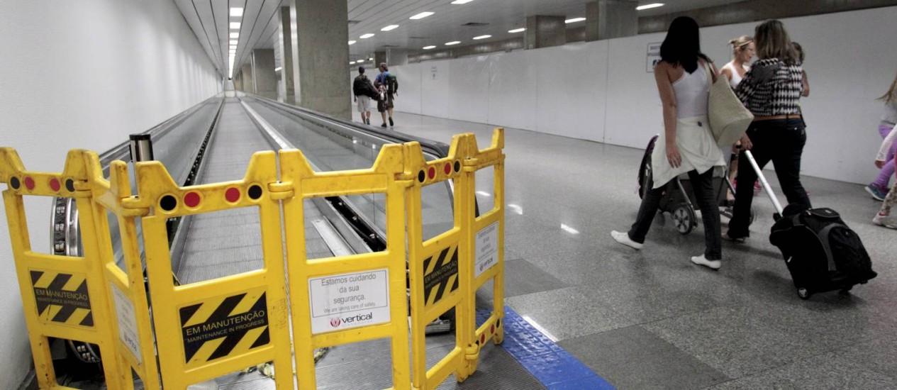 Esteira rolante com problemas no Aeroporto Internacional Tom Jobim Foto: Marcelo Piu / Agência O Globo