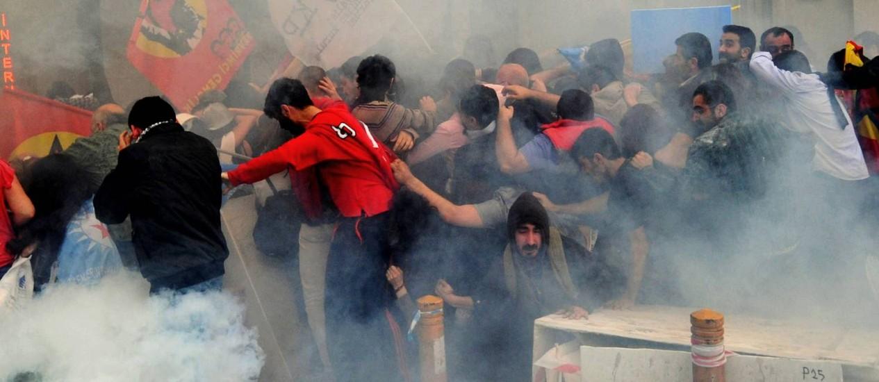 Policiais lançam gás lacrimogêneo em manifestantes em protesto em Istambul Foto: OZAN KOSE / AFP