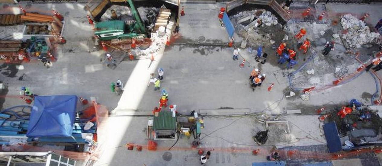 Equipes trabalhando na Rua Barão da Torre, em Ipanema, onde um trecho afundou na madrugada de domingo por causa das obras do metrô Foto: Antônio Scorza / Agência O Globo