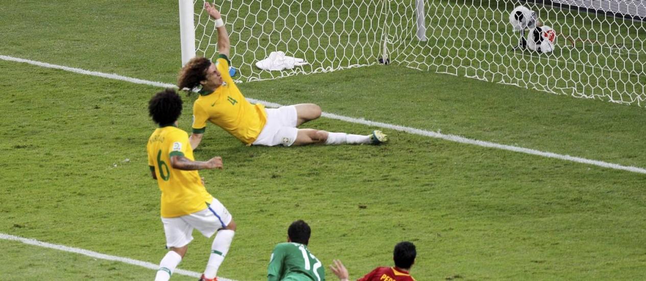 David Luiz salva gol na final contra a Espanha, pela Copa dasConfederações. Zagueiro está na mira dos grandes clubes europeus Foto: César Loureiro /Agência O Globo