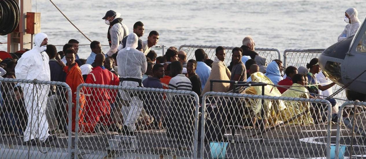 Imigrantes no navio italiano 'Grecale', que aporou em Catania, na Sicília no último dia 13 de maio. Imigrações ilegais devem bater recorde em 2014 Foto: ANTONIO PARRINELLO / REUTERS