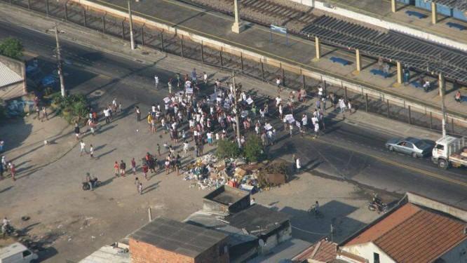 Manifestantes bloqueiam via em Honório Gugel Foto: Leonardo Sales BTN - Centro de Operações Rio