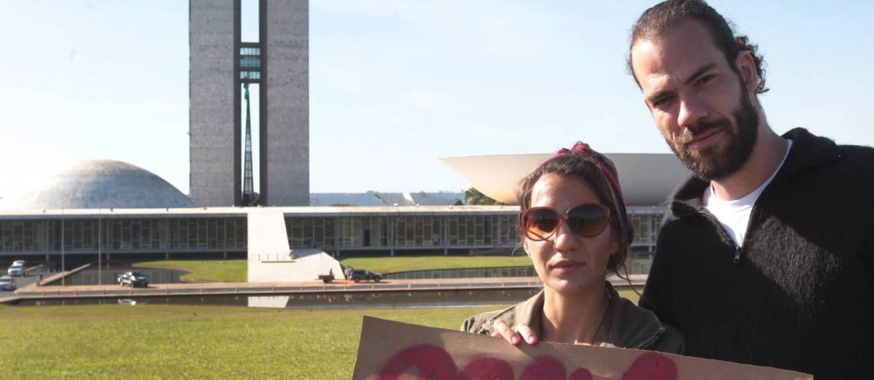 Dois manifestantes fazem protesto solitário contra a Copa no Congresso Foto: Givaldo Barbosa / O Globo