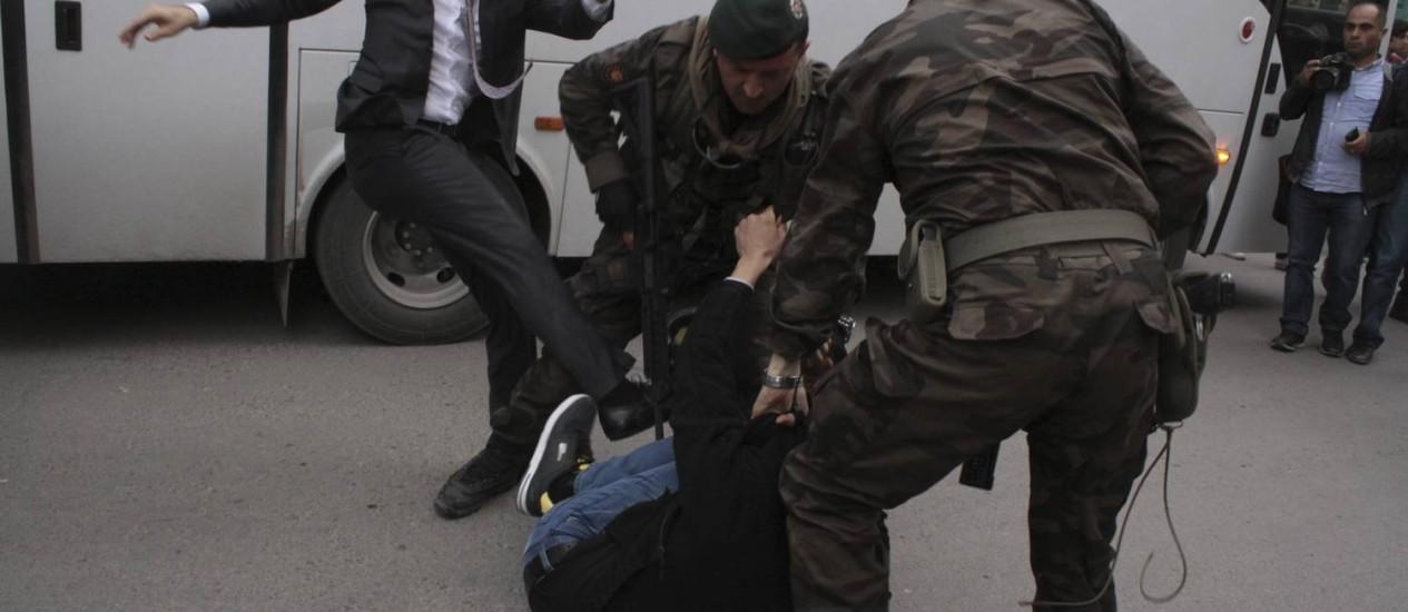 Yusuf Yerkel, à esquerda, chuta um manifestante na cidade de Soma, na Turquia: Yerkel é assessor do premier Erdogan, e o manifestante seria parente de um dos mineiros Foto: REUTERS