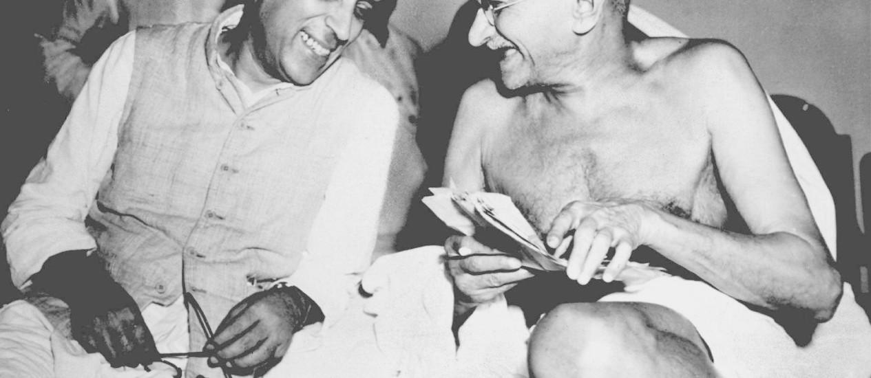 Mahatma Gandhi (direita) ao lado do primeiro-ministro indiano, Jawarlal Nehru, em 1946. Cartas revelam difícil relação do líder indiano com seu primogênito, Harilal Foto: Arquivo/Reuters
