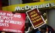 Manifestantes em restaurante do McDonald's em Nova York: empresas argumentam que aumento do salário vai reduzir postos de trabalho nos EUA