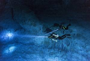 Os mergulhadores Susan Bird e Alberto Nava procuram as paredes de Hoyo Negro, caverna submersa na Península de Yucatán, no México, onde os restos mortais de Naia, uma adolescente que viveu há milhares de anos, foram encontrados Foto: Paul Nicklen