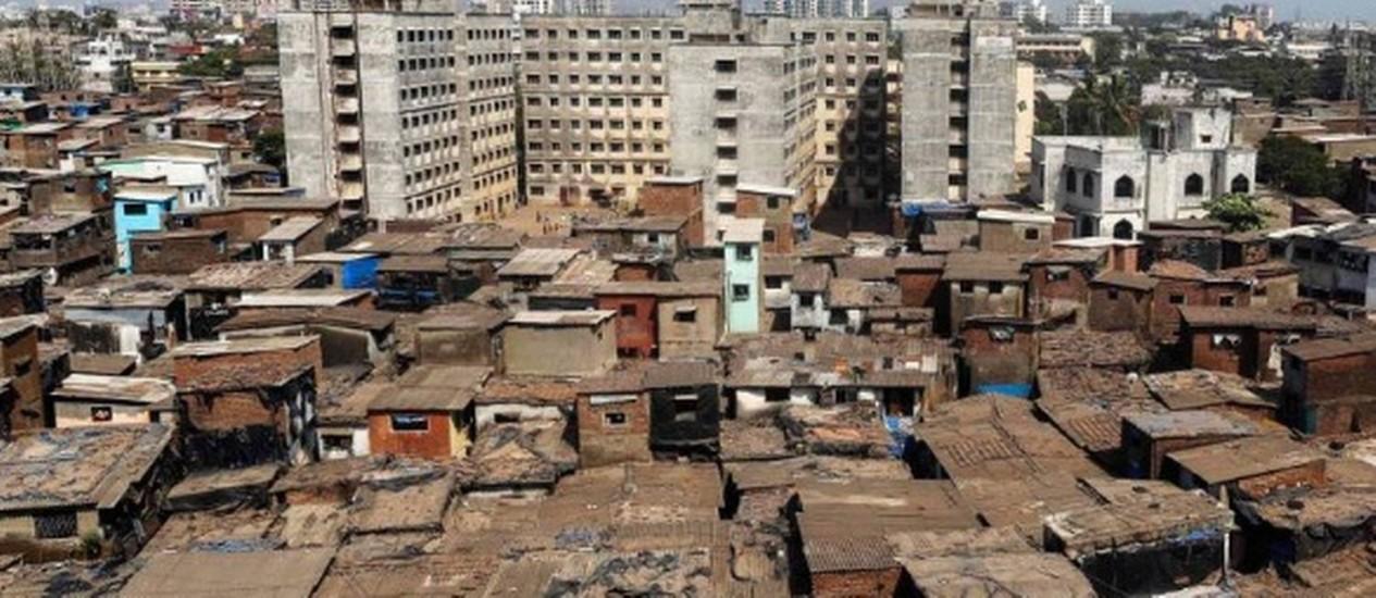 Favelas e apartamentos se misturam em Mumbai, na Índia Foto: Reuters
