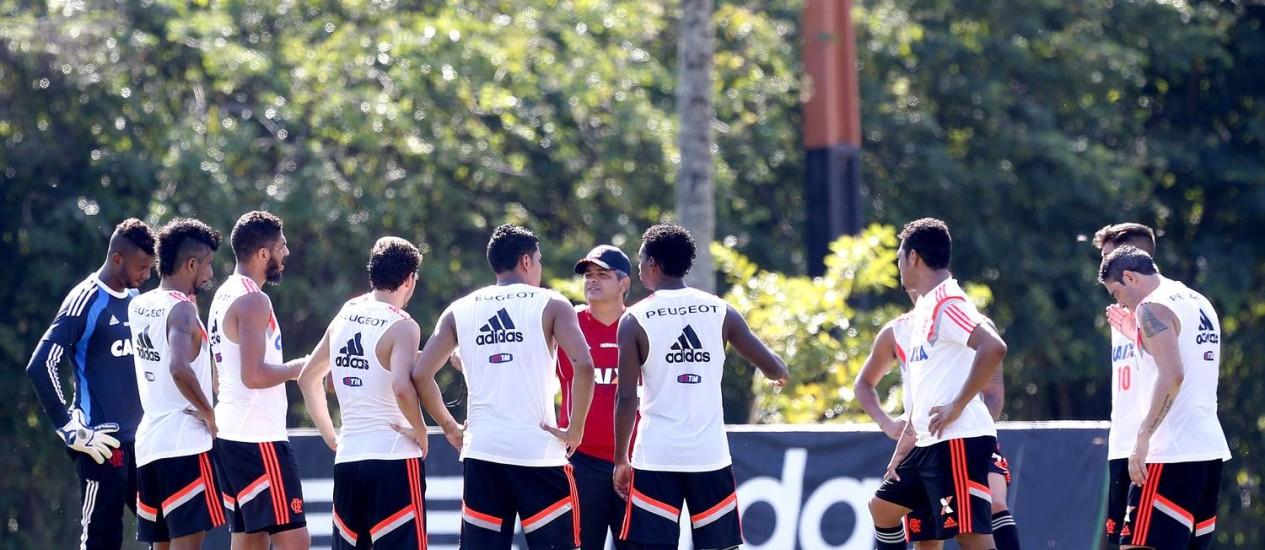 Ney Franco conversa com jogadores durante o treino do Flamengo no Ninho do Urubu Foto: Ivo Gonzalez / Agência O Globo
