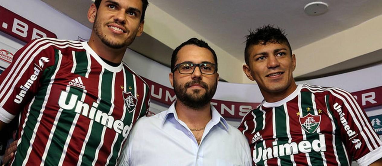 Fabrício e Edson são apresentados no Fluminense pelo vice de futebol, Mário Bittencourt Foto: Fluminense / Divulgação
