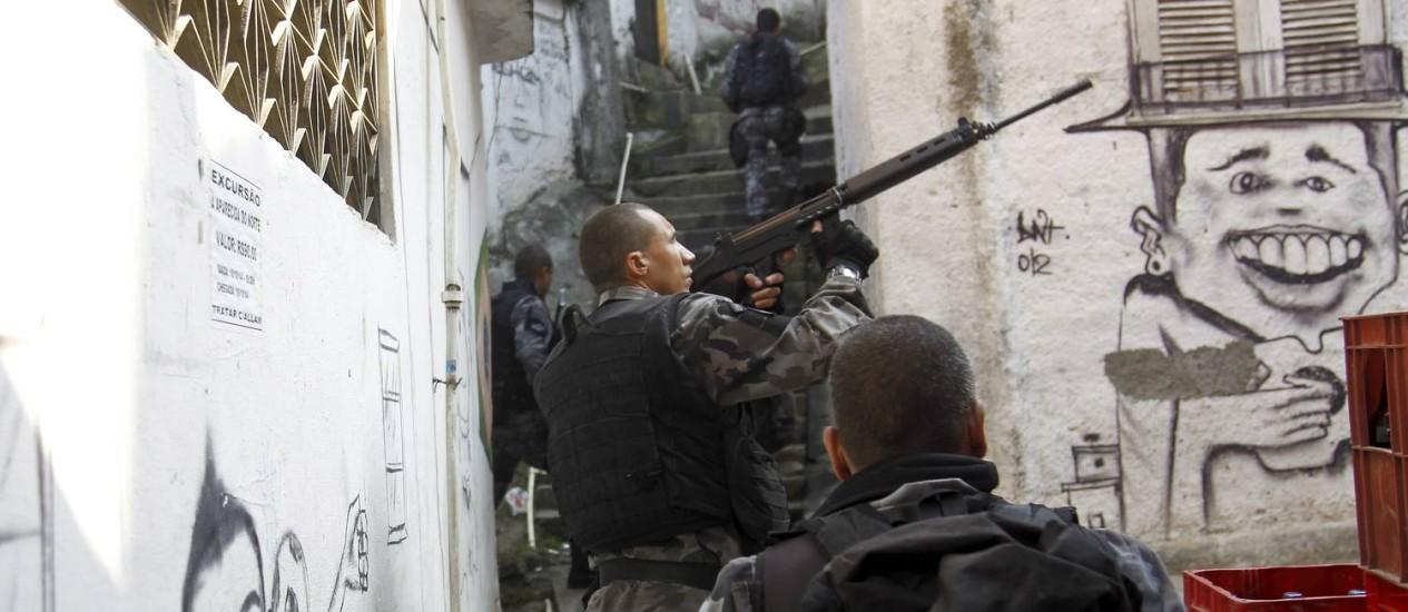 Policias militares durante operação em escadaria no Morro da Serrinha, em Madureira Foto: Gabriel de Paiva / O Globo