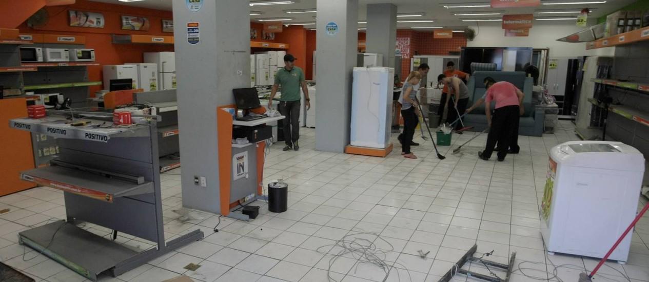 Loja de Recife, saqueada na última quinta-feira Foto: Hans von Manteuffel/ O Globo