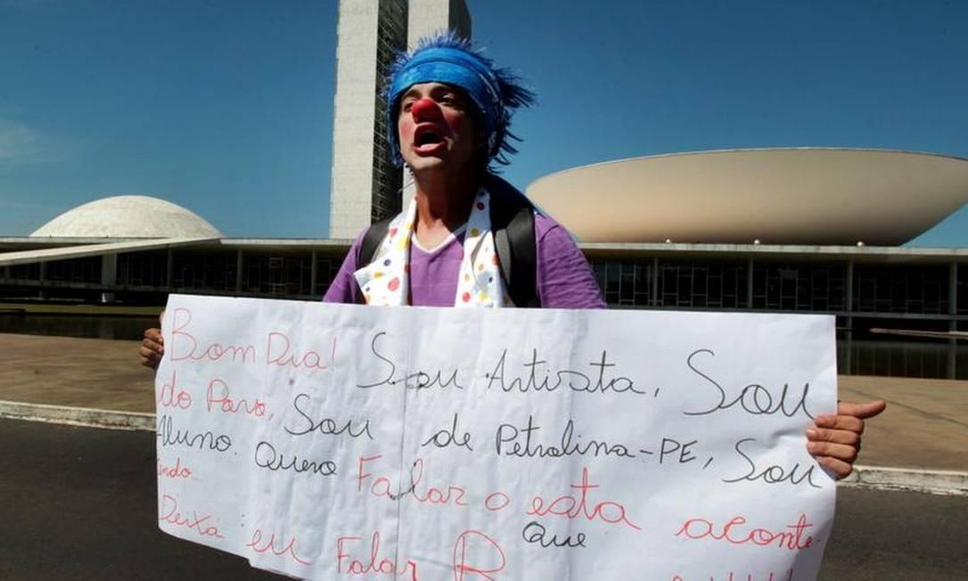 O Palhaço Fabio Cabral, faz protesto em frente ao Congresso Nacional Foto: Givaldo Barboisa / Agência O GLOBO