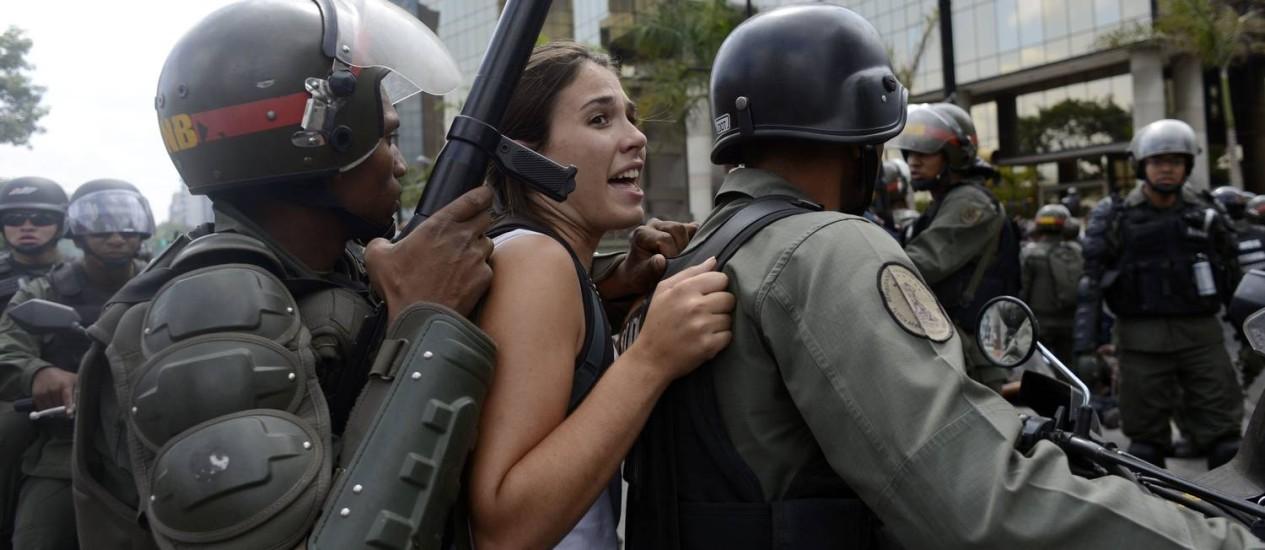 Guarda Nacional detém estudantes durante protesto em Caracas Foto: GERARDO CASO / AFP