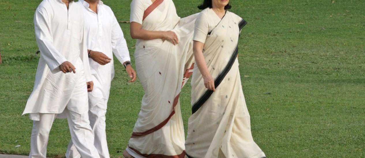 Chefe do CNI, Sonia Gandhi, caminha seguida por sua filha Priyanka, seu filho Rahul, e seu genro, Robert Vadra. Futuro da mais importante dinastia política da Índia pode ser ameaçado por vitória do BJP Foto: B MATHUR / REUTERS
