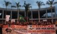 Passeata dos vigilantes em greve: a paralisação dos profissionais tem afetado a rotina de funcionamento das agências bancárias