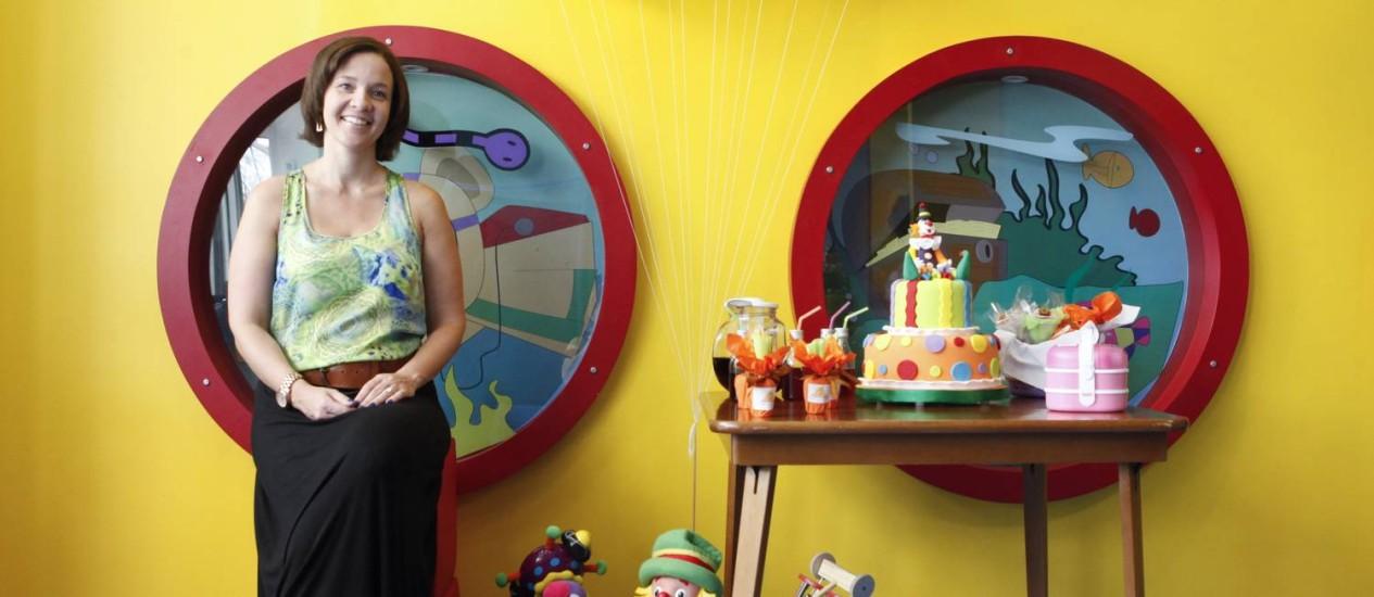 A sócia Daniela com mesa de bufê sem glúten Foto: Bárbara Lopes / Agência O Globo