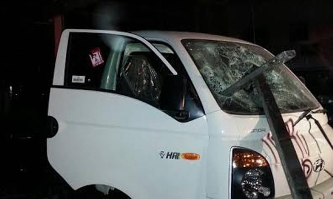 Um grupo de manifestantes entrou numa concessionáriada Hyundai e depredou veículos Foto: Tiago Dantas / Agência O Globo