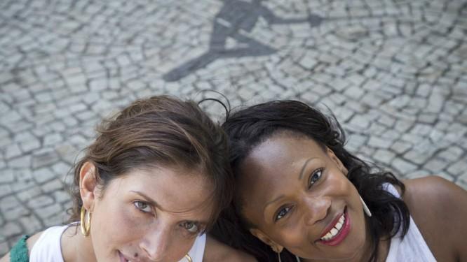 Parceria. Junto ao símbolo da esgrima numa calçada do Centro de Capacitação em Educação Física do Exército, na Urca, Nathalie Moellhausen (à esquerda) e Laura Flessel, campeã olímpica e mundial Foto: Guito Moreto