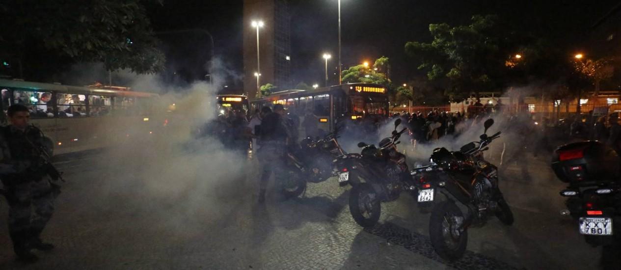 Bombas de gás lacrimogêneo foram lançadas para conter manifestantes que protestavam contra a Copa no Centro do Rio Foto: Pablo Jacob / Agência O Globo