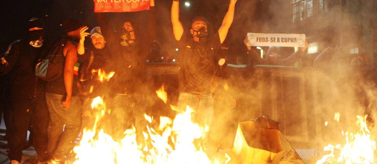 Protesto em São Paulo registrou episódios de violência no início da noite de quinta-feira Foto: Michel Filho / Agência O Globo