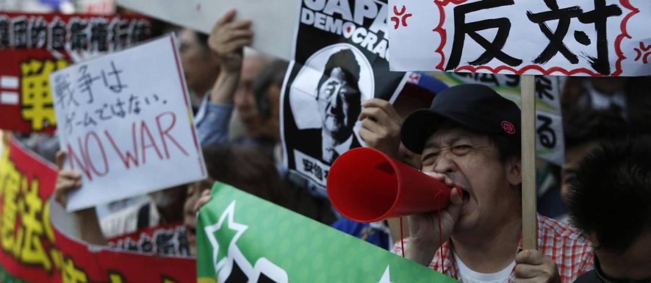 Japoneses protestam contra reformulação de política de defesa: país é hoje proibido de se envolver em confrontos militares Foto: REUTERS