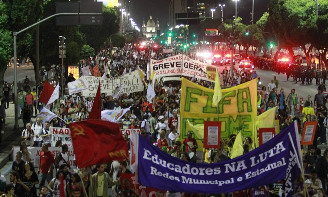 """Manifestação """"Não vai ter Copa"""" no Rio Foto: Domingos Peixoto / O Globo"""