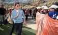 Celebridades. O ator Tom Cruise caminha entre os operários durante sua visita às obras do Maracanã: um dos muitos visitantes ilustres mudavam a rotina do trabalho