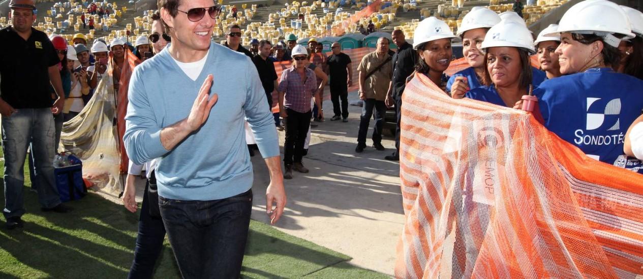 Celebridades. O ator Tom Cruise caminha entre os operários durante sua visita às obras do Maracanã: um dos muitos visitantes ilustres mudavam a rotina do trabalho Foto: Clarice Castro / Clarice Castro